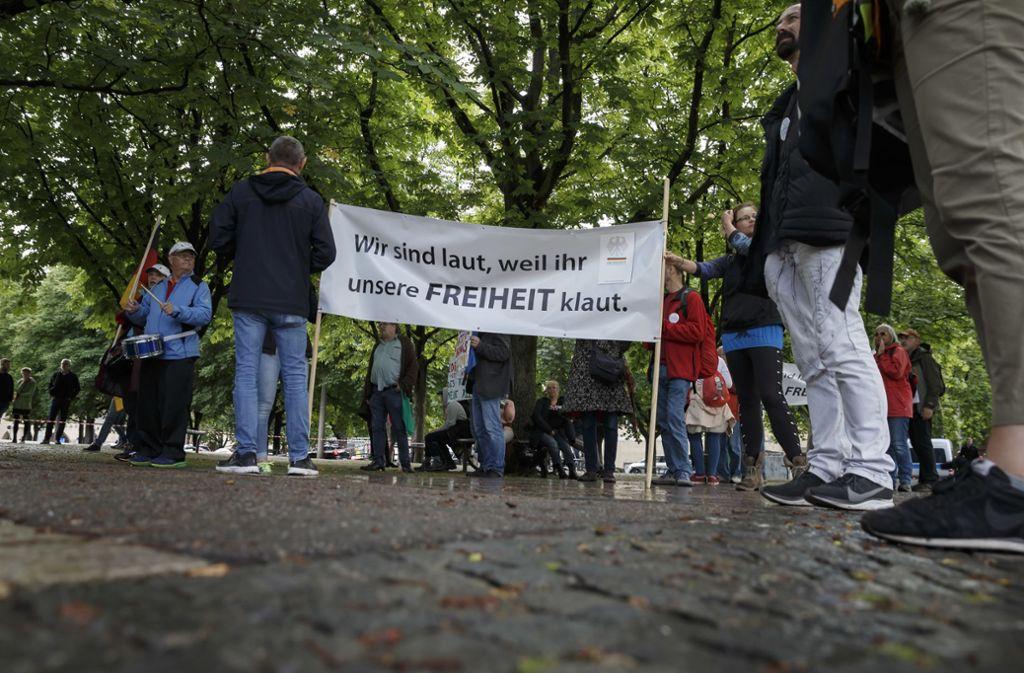 Protest gegen Corona-Maßnahmen: Rund 60 Menschen haben am Karlsplatz demonstriert