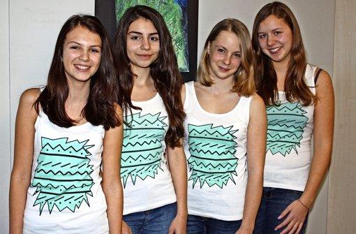 Schülerinnen lassen faire Kleidung produzieren