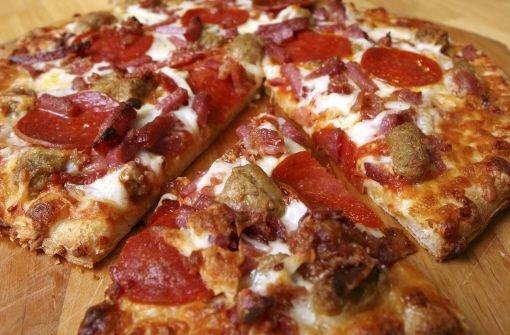 Drei Unbekannte bestellen in Bietigheim eine Pizza und rauben dem Lieferanten Bargeld, Handy und Autoschlüssel. (Symbolbild) Foto: AP