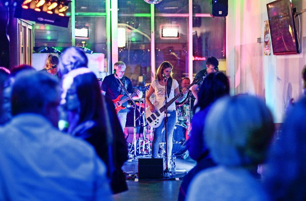 Bands Bringen Das Publikum Auf Engstem Raum Zum Tanzen. Foto: Factum/Bach