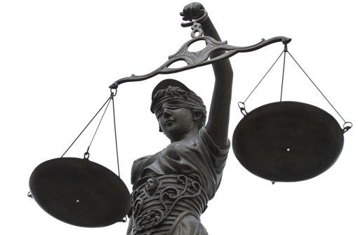 Dem Gericht werden die abgehörten Handygespräche vorgespielt. Foto: dpa