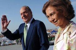 Seit 37 Jahren sitzt König Juan Carlos auf dem spanischen Thron. An seiner Seite: Königin Sofía. Mancher glaubt, der Monarch täte gut daran, das Zepter an seinen Sohn Felipe weiterzugeben. Doch Juan Carlos lehnt eine Abdankung bislang ab. Foto: dpa