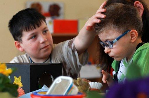 Max (links) und Lukas lernen gemeinsam. Lukas hat eine schwere Behinderung. Foto: dpa-Zentralbild