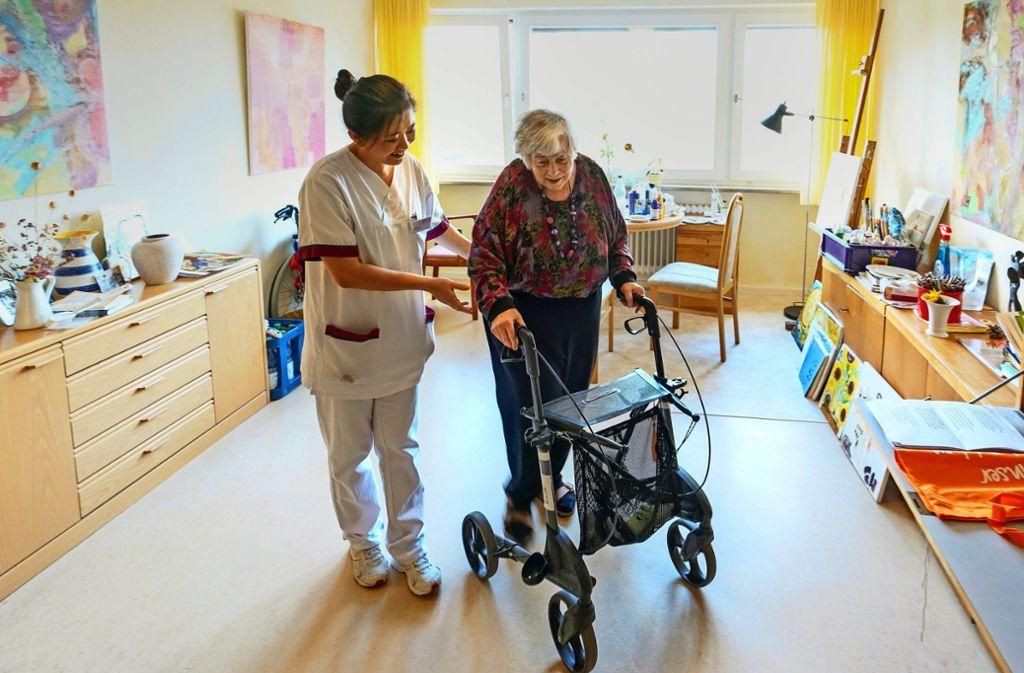Pflegenotstand in der Region - Werden asiatische Pflegekräfte diskriminiert? - Stuttgarter Zeitung