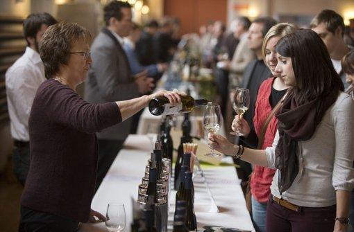 Gar nicht so einfach, den Überblick zu bewahren: Mehr als sechzig Weine sind den Besuchern zur Wahl gestanden. Foto: Michael Steinert