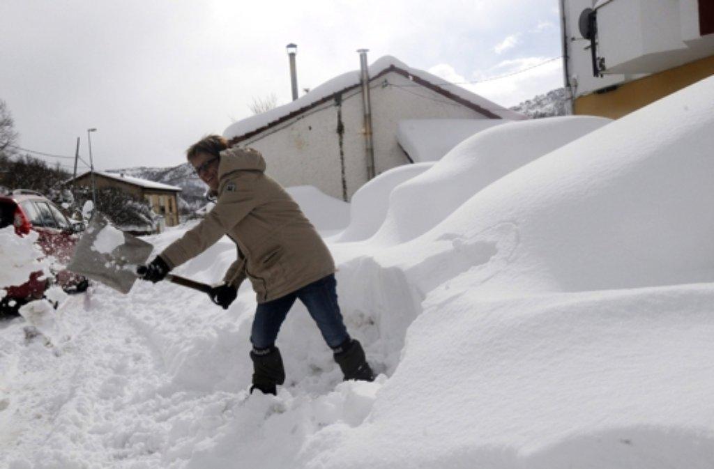 Schnee Wohin Das Auge Blickt In Sudeuropa Hat Der Winter Mit Aller Macht Einzug Gehalten Wie Zum Beispiel In Matallana De Torio In Nordspanien Stuttgarter Zeitung