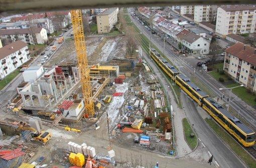 Von einem Gebäudekomplex stehen bereits die Mauern, mit dem Bau des zweiten großen Hauses soll bald begonnen werden. Foto: Bernd Zeyer