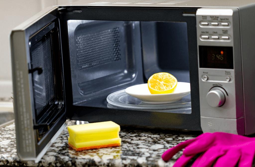 Mikrowelle reinigen (einfache Anleitung in 3 Schritten)