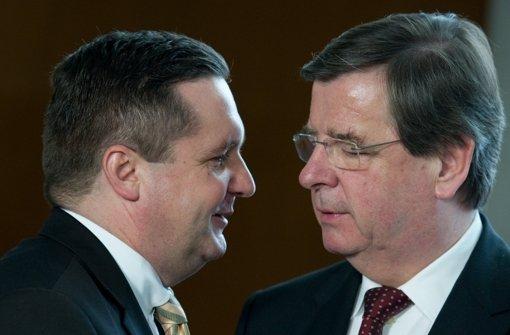 Der ehemalige Ministerpräsident Stefan Mappus (links) im Gespräch mit dem Ex-Finanzminister Willi Stächele (Archivfoto vom 6.12.2010). Gegen Willi Stächele besteht in der EnBW-Affäre nun auch ein Anfangsverdacht. Foto: dpa