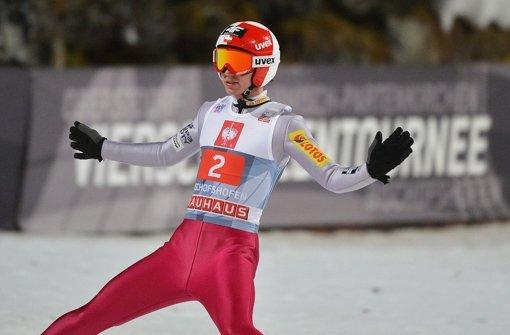 Wer beim Skispringen siegen will braucht offenbar auch den richtigen Anzug – wie Kamil Stoch. Foto: APA