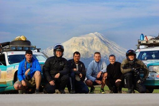 Alexander Schwan, Markus Reigl, Lothar Stäbler, Danijel Makaus, Christian Stäbler und Stefan Totzl (von links) vor dem Berg Ararat in Ostanatolien (Türkei). Foto: z