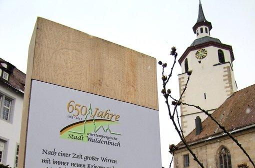 Vor 650 Jahren stand auf dem Waldenbucher Schlossberg noch ein mittelalterlicher Wohnburgturm: Im Jubiläumsjahr erinnert hier eine Stele an das Jahr 1363 und den Verkauf der Stadt an den Grafen Eberhard II. von Württemberg Foto: Claudia Barner