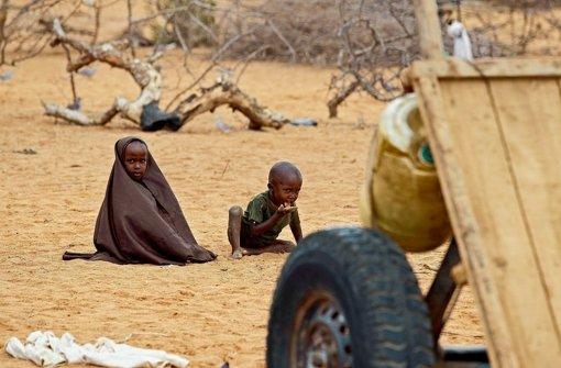 Zwei  Jungen in Dadaab, dem größten Flüchtlingscamp der Welt im Norden Kenias: hier  werden   rund 450000 Menschen unter anderem von der Welthungerhilfe versorgt Foto: dpa