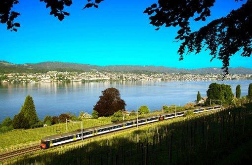 Der Zürcher See und seine Goldküste: ein geschütztes Areal, in dem die Reichen und Superreichen  wohnen. Seit die deutschen Verordnungen greifen, muss   auch diese Region Fluglärm ertragen. Foto: SBB
