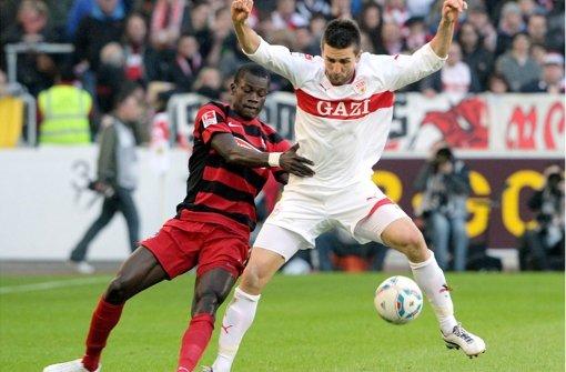 Kleines Derby:  Vedad Ibisevic (rechts) gegen Freiburgs Fallou Diagne Foto: dpa