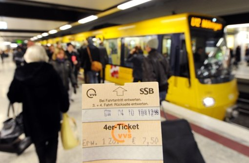SSB-Kontrolleure und Polizisten haben von Freitag auf Samstag rund 6000 Fahrgäste in Stadtbahnen und Nachtbussen auf gültige Tickets überprüft - ein zur Fahndung ausgeschriebener Mann ging den Beamten dabei ins Netz. Foto: dpa