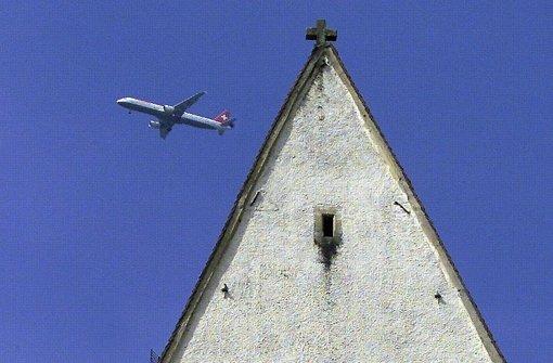 Eine Maschine der Schweizer Fluggesellschaft Swissair fliegt am Kirchturm in Hohentengen (Landkreis Waldshut) vorbei (Archiv). Foto: dpa