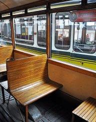 Zwar sind die hölzernen Sitzgelegenheiten aus heutiger Sicht schön anzusehen, für die Fahrgäste waren sie allerdings wenig komfortabel. Foto: Leserfotograf renate1706