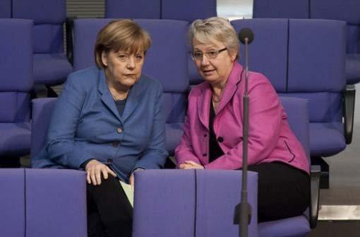 Bundesbildungsministerin Annette Schavan im Gespräch mit Bundeskanzlerin Angela Merkel Foto: dapd