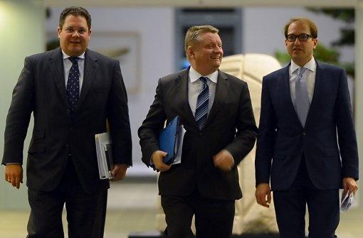 Die Generalsekretäre Patrick Döring (FDP), Hermann Gröhe (CDU) und Alexander Dobrindt (CSU, von links) stellen ihre Erfolge beim nächtlichen Ringen heraus. Foto: dpa-Zentralbild