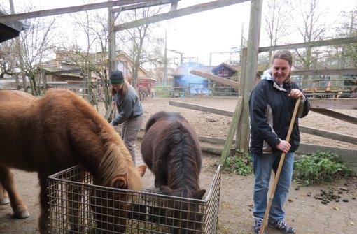 Melanie Maier (rechts) liebt die Tiere auf der Jugendfarm. Jobcoach Christiane Möller hilft der behinderten 26-Jährigen, sich bei der Arbeit auf der Farm zurechtzufinden. Foto: Barnerßoi