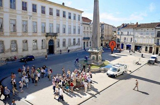 Die rote Markierung kennt man aus Google Maps, der Künstler Aram Bartholl stellt sie auf einem Platz in Arles auf. Foto: Gestalten-Verlag