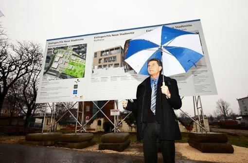 Für den Baustart in seiner Neuen Mitte stellt sich Eislingens Oberbürgermeister Klaus Heininger auch gerne mal in den Regen. Foto: Horst Rudel