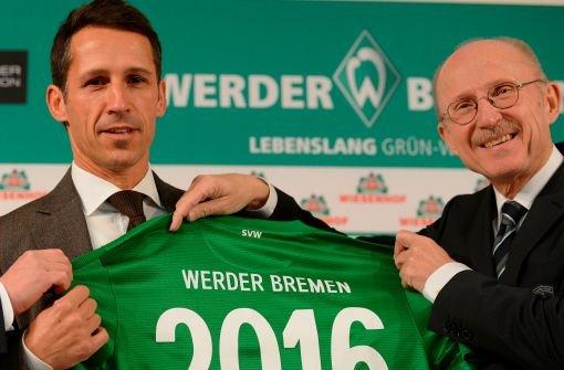 Nach zwei Absagen präsentiert Werder Bremen nun Thomas Eichin (links, bei seiner Vorstellung mit Werder-Aufsichtsratsvorsitzendem Willi Lemke) als neuen Sportchef. Der Ex-Profi ist seit 13 Jahren Geschäftsführer der Kölner Haie im Eishockey. Im Frühjahr tritt er sein Amt beim SVW an. Foto: dapd