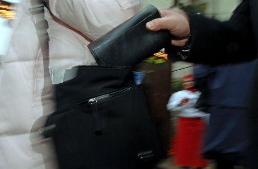 Mehrere Taschendiebe haben am Dienstag in Stuttgart zugeschlagen. Die Unbekannten bestahlen in der Stuttgarter Innenstadt mindestens drei Personen. (Symbolbild) Foto: dpa