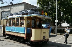 Was wie ein Transportmittel aus den Straßen von San Francisco wirkt, ist tatsächlich die blau-beigefarbene Großmutter unserer heutigen Stadtbahn. Mit einer geschlossenen Fahrerkabine oder gepolsterten Sitzbänken konnte dieses karg ausgestattete Modell freilich noch nicht dienen. Foto: Leserfotograf timoworld