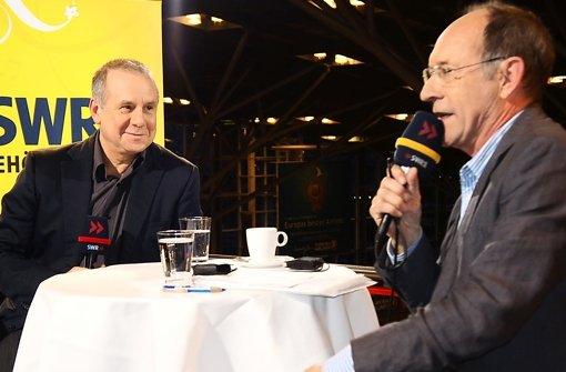 Gut gelaunt parlieren der vielseitige Schauspieler Joachim Król (links) und SWR-Moderator Stefan Siller über Rollen und Fußballergebnisse. Foto: Ursula Vollmer