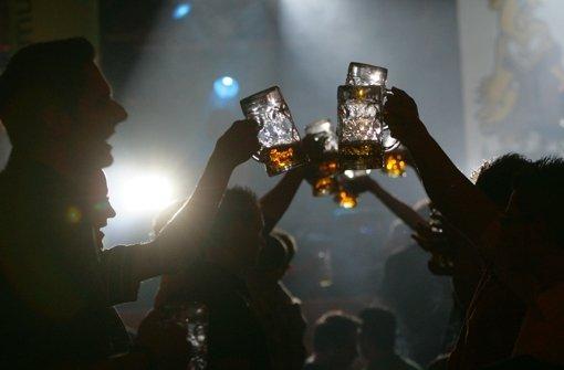In den Zelten fliegen mehr Bierkrüge