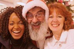 Auch der Weihnachtsmann reihte sich in die Schlange der Autogrammjäger ein. Die beiden Sister Act-Stars Zodwa Selele (links) und Maryanne Kelly (rechts) freuten sich.br Foto: www.7aktuell.de/