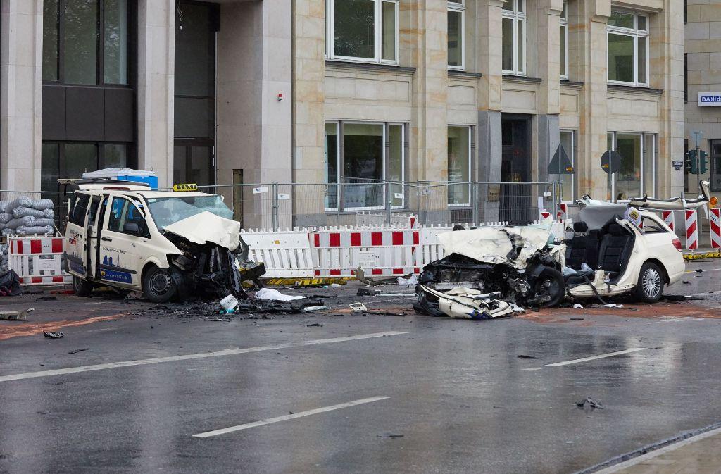zwei taxis sto en zusammen fahrgast stirbt in hamburger altstadt panorama stuttgarter zeitung. Black Bedroom Furniture Sets. Home Design Ideas