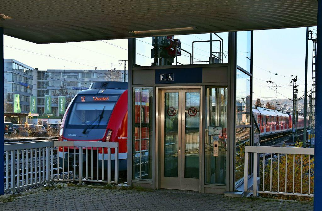 Bahnhof In Stuttgart Vaihingen Bahn Tauscht Den Aufzug Am S