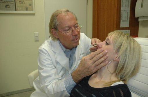 Werner Mang untersucht die Nase seine Patientin. Foto: Eva-Maria  Manz
