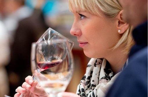 """Rot und Weiß, das sind die dominierenden Farben bei """"Stuttgarts beste Weine"""" im Haus der Wirtschaft. Foto: Martin Stollberg"""