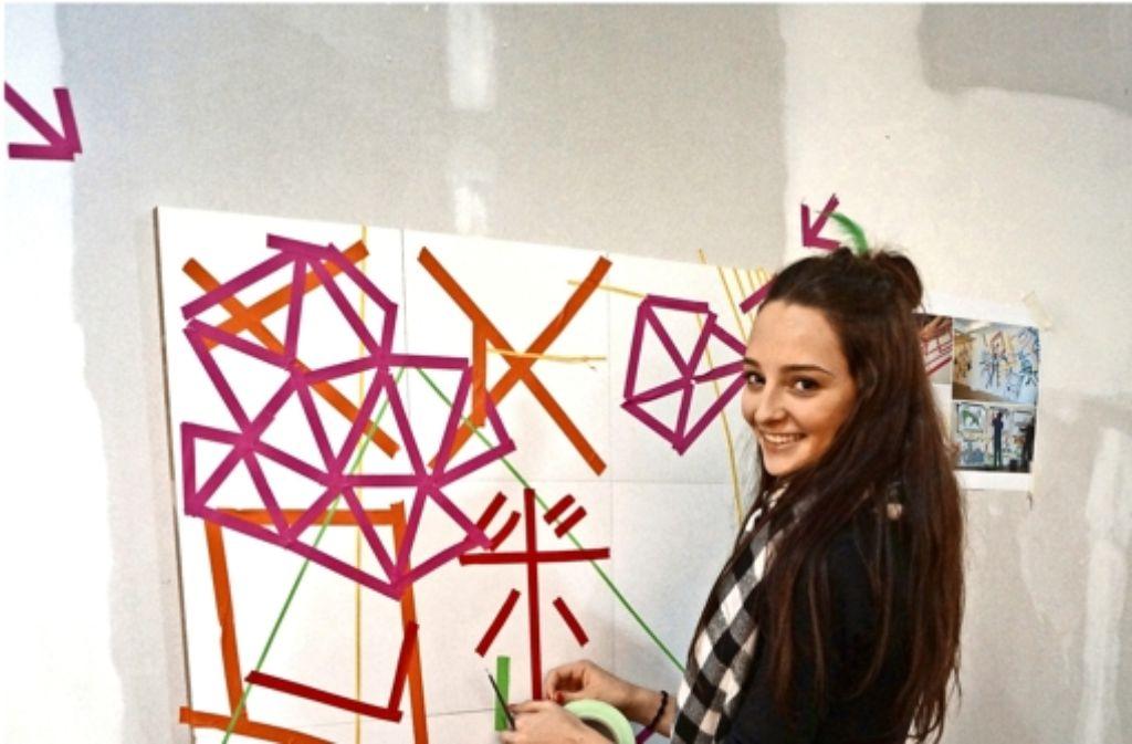 Mira Carstens  von der Initiative Arthelps wird mit bunten Tapes kreativ. Foto: Fritzsche