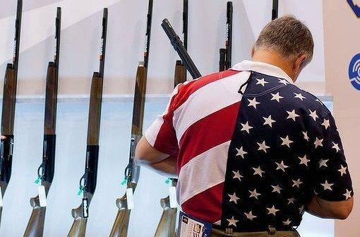 """Dieser Herr kauft gerade eine Waffe und fühlt sich dabei sehr amerikanisch. Der Held von Robert B. Parkers """"Wildnis"""" bringt gleich auch seiner Frau das Schießen bei. Foto: AFP"""