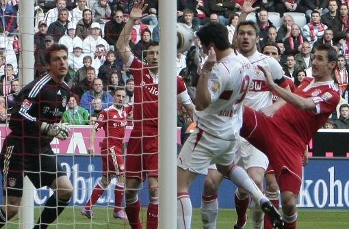 Der letzte VfB-Sieg geht in die Saison 2009/2010 zurück: Am 27. März 2010 siegen die Roten in München mit 2:1. Das Führungstor der Bayern durch Ivica Olic (32. Minute) kann Christian Träsch kontern (41.), ehe Ciprian Marica (Foto) per Kopf zum VfB-Sieg trifft. Foto: Pressefoto Baumann