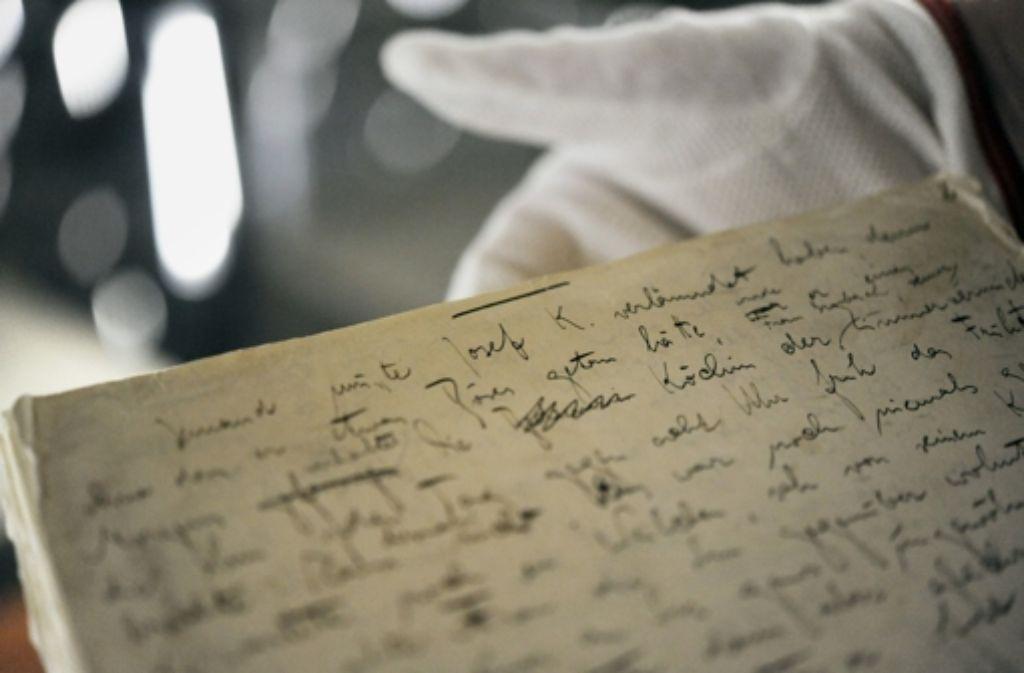 eine restauratorin hlt im deutschen literaturarchiv in marbach die erste seite des originalmanuskripts des romans - Franz Kafka Lebenslauf