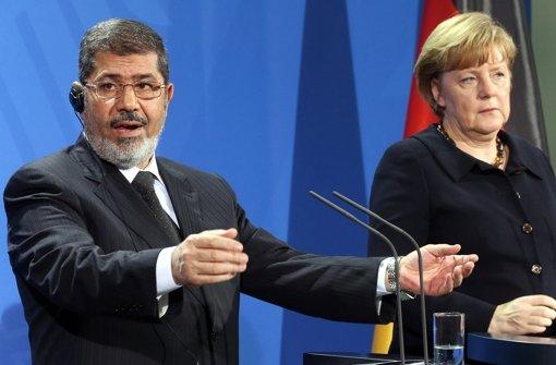 Der ägyptische Präsident Mohammed Mursi trifft das erste Mal auf Bundeskanzlerin Angela Merkel. Foto: dpa