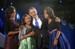 Four more years: US-Präsident Barack Obama lässt sich zusammen mit seiner Frau Michelle und seinen Töchtern Malia und Sasha von seinen demokratischen Anhängern feiern. Foto: dpa